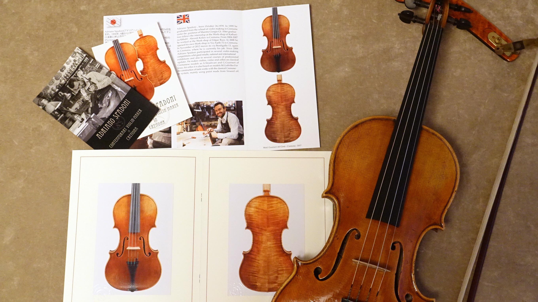 Adriano Spadoniのバイオリンとポストカード、パンフレット